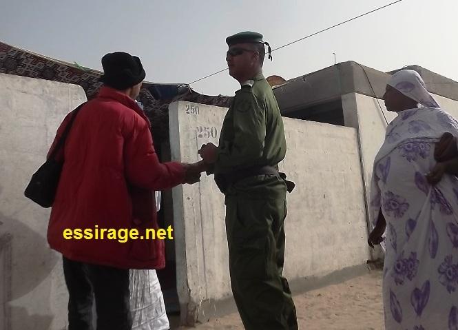 قائد فرقة الدرك المراقبة لمقر مناديب العمال بكانصادو وهو يتفقد المقر (السراج)