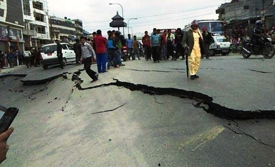 جانب من أحد الشوارع الذي انشقت أرضه بسبب هزات الزلزال المدمر الذي ضرب نيبال (وكالات)