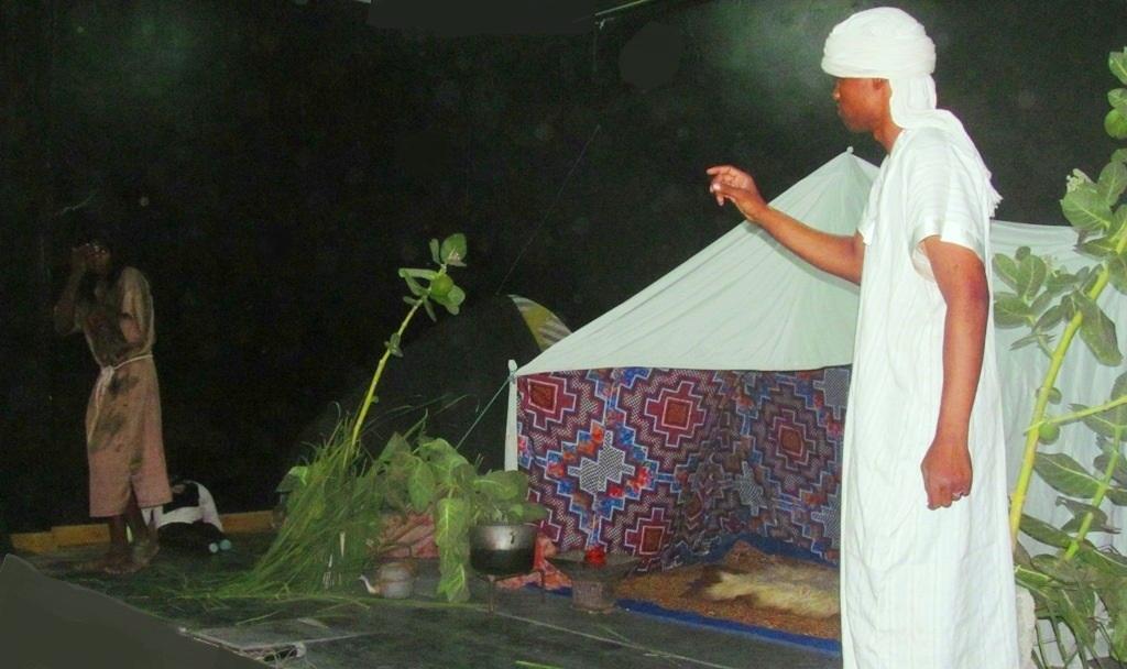 جانب من عرض مسرحية الحب والماء والخرافة من إنتاج فرقة شروق المسرحية وإخراج محمد ولد أبوه (السراج)