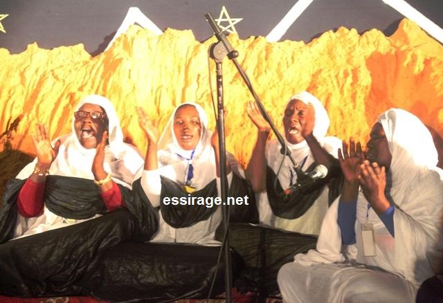 صورة لبعض المداحات على منصة مهرجان ليالي المدح في نسخته الثانية والمقام بالعاصمة نواكشوط (السراج)