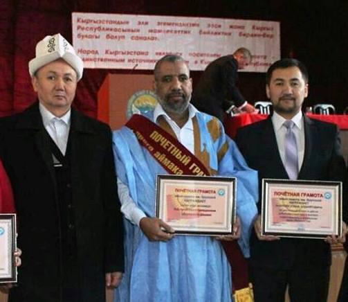 د محمدو ولد ايده وهو يتسلم جائزته الثانية بعد ترشيحه لنيل وسام المواطن الشرفي (السراج)