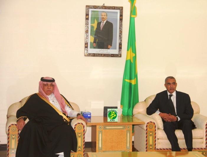جانب من اللقاء الذي جمع بين الوزير الأول الموريتاني يحيى ولد حدمين ووزير التجارة والاستثمار السعودي ماجد القصبي بالوزارة الأولى في نواكشوط (وم أ)