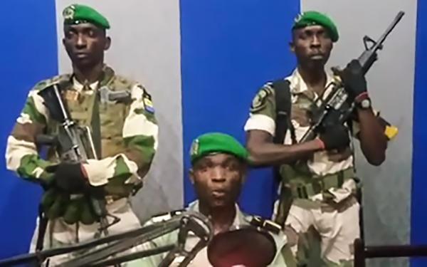 الجنود الغابونيون الذين دخلوا مبنى الإذاعة وتلوا بيان المحاولة الانقلابية.
