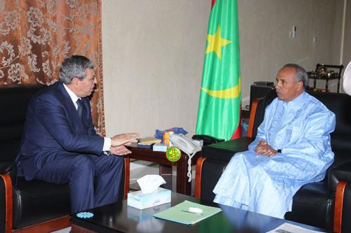 رئيس الجمعية الوطنية الشيخ ولد بايه والسفير الجزائري نور الدين خندودي.