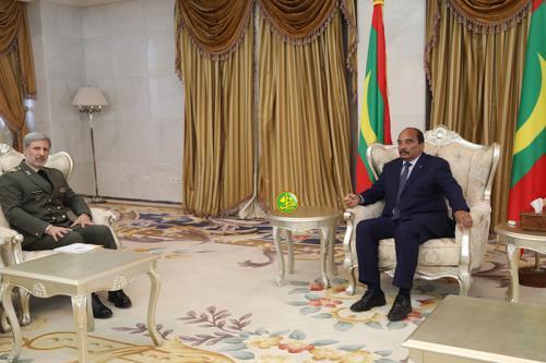 الرئيس الموريتاني محمد ولد عبد العزيز ووزير الدفاع الإيراني أمير حاتمي.