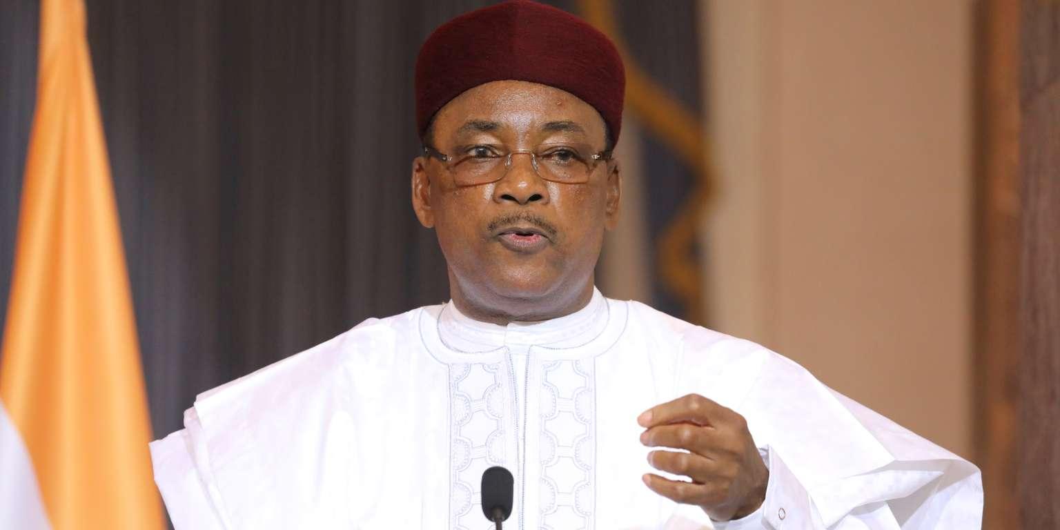 رئيس النيجر الرئيس الدوري لمجموعة دول الساحل الخمس محمدو إسوفو.