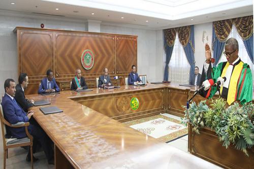 رئيس المجلس الدستوري جالو ممادو باتيا لدى أدائه اليمين الدستورية.