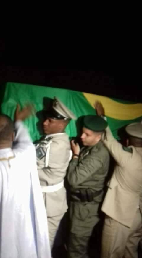 رجال الدرك يحملون جثمان أول قائد لهم