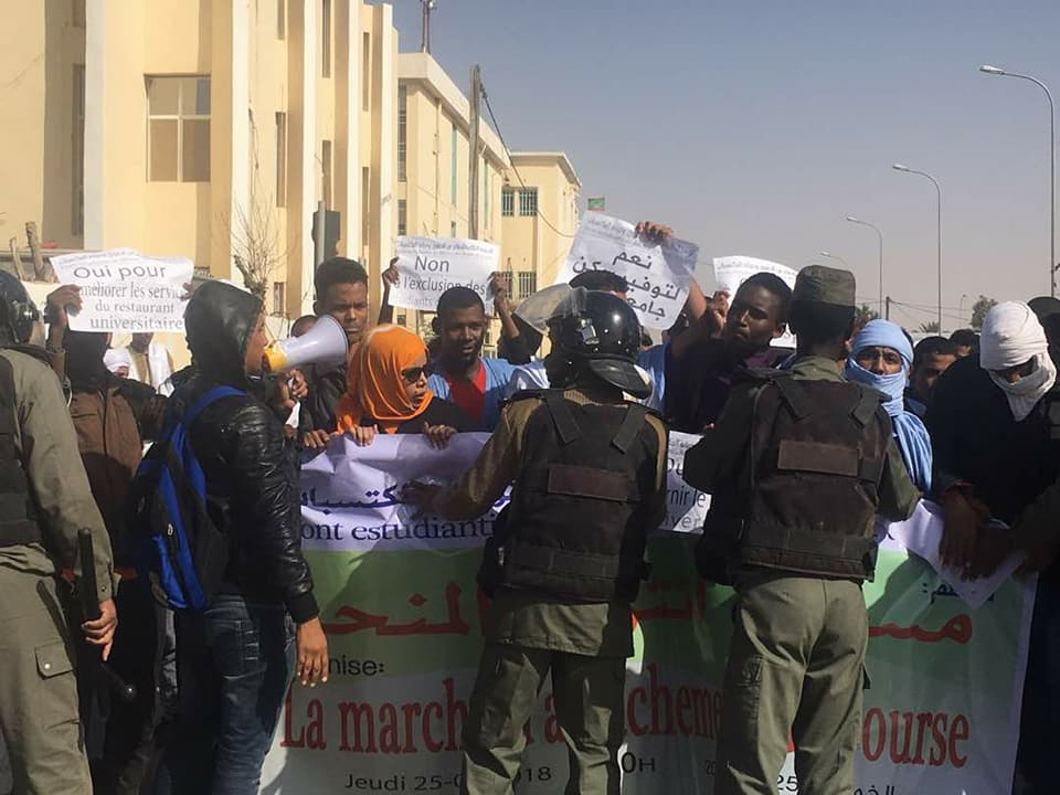 صورة من اعتراض الشرطة للمسيرة
