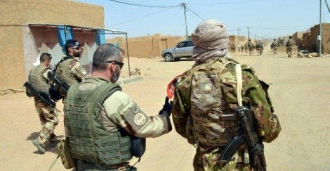 جنود فرنسيون وأزواديون فى مالي (afp)