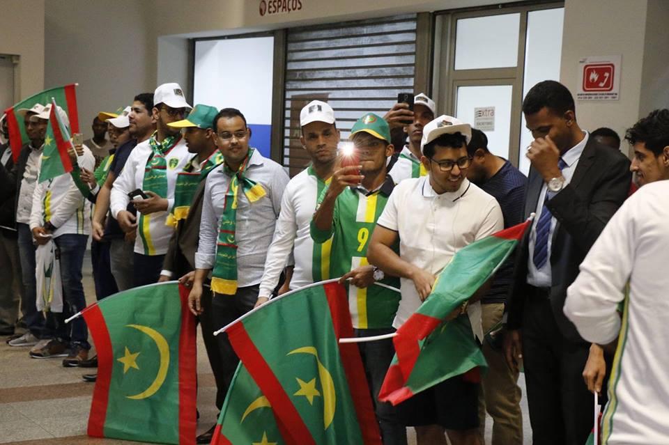 بعض أفراد الجالية الموريتانية بأنغولا لدى استقبالهم منتخب المرابطون.