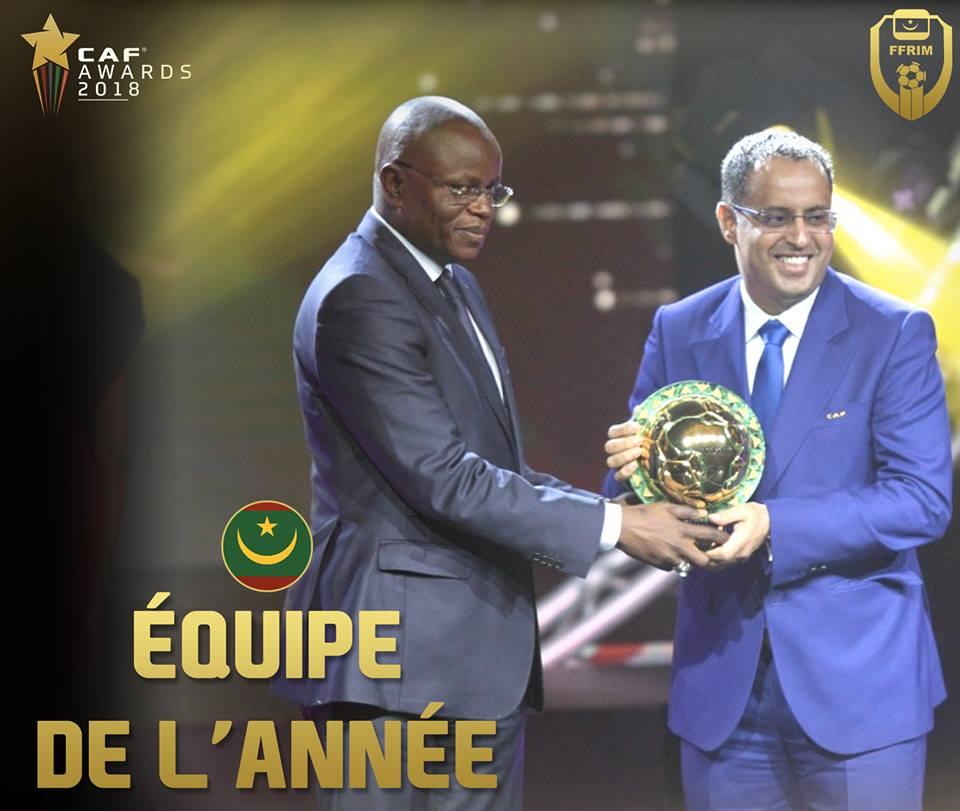 رئيس الاتحادية الموريتانية لكرة القدم أحمد ولد يحيى لدى تسلمه الجائزة.