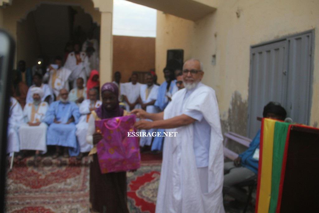 مدير المعهد خلال تكريمه لأحد الطلاب