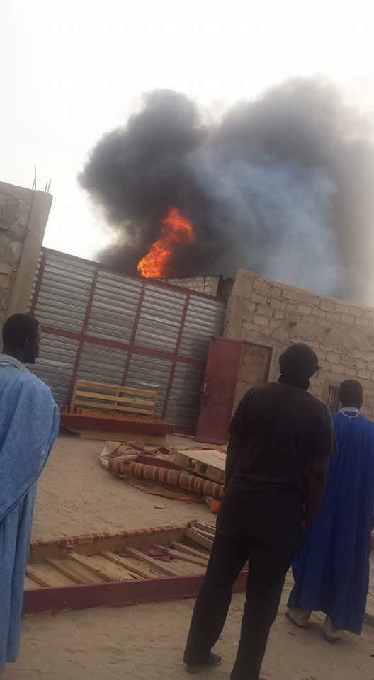 النيران وهي تلتهم المحلات