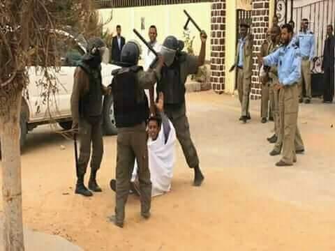 عدة افراد يضربون طالبا عند بوابة الوزارة