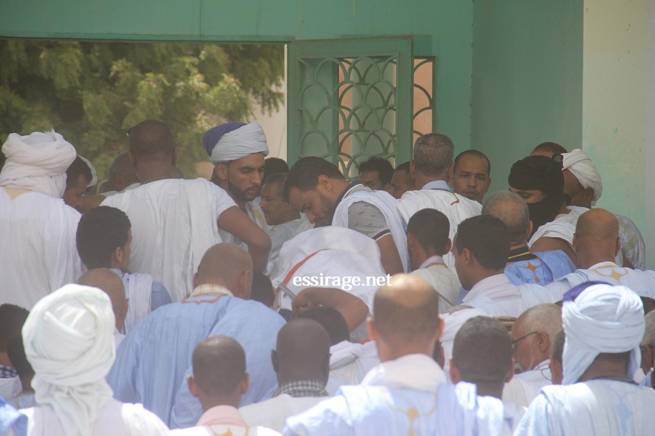 خلال إخراج الجثمان من المسجد الجامع