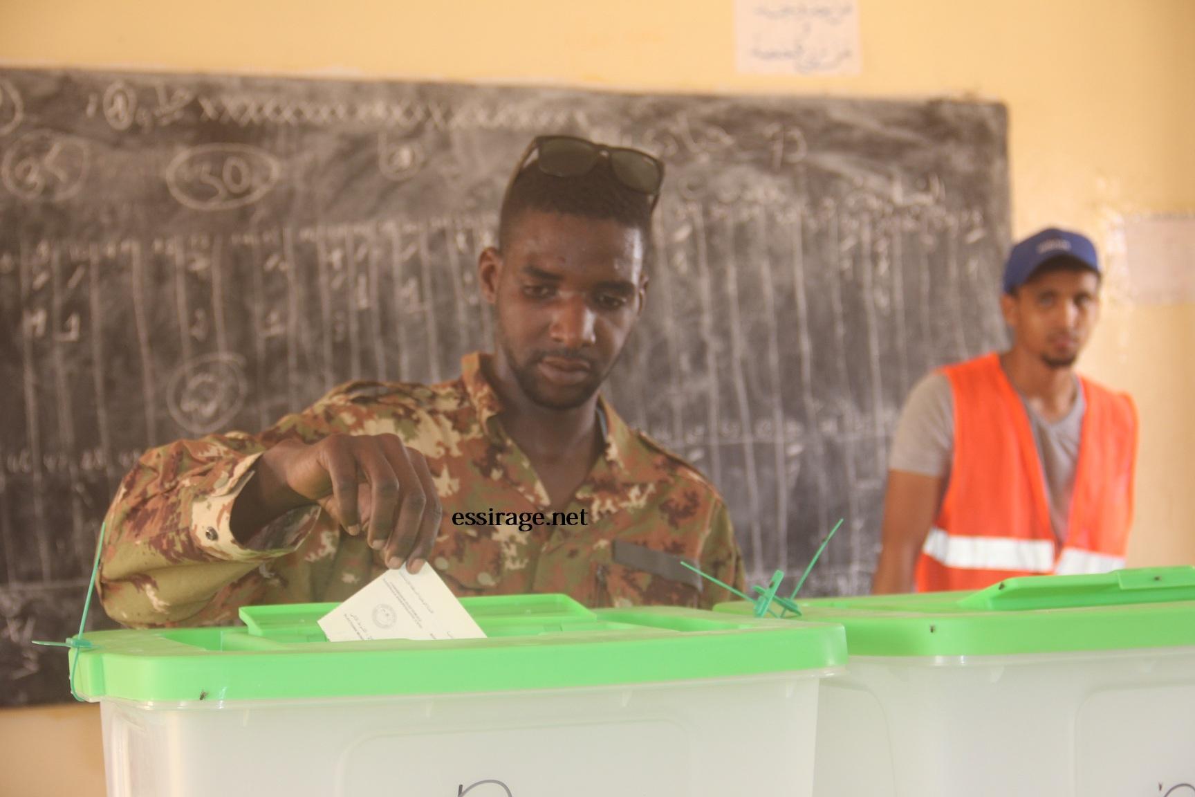 أحد العسكريين يدلي بصوته في مدرس (آمورات) صباح اليوم