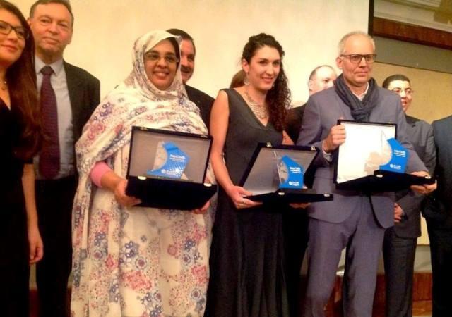 الصحفية الموريتانية ميمونة بنت السالك وهي تحمل جائزتها مع الفائزين الأخرين (السراج)