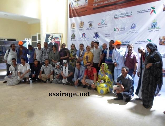 جانب من صورة جماعية تم التقاطها عند انتهاء إحدى فعاليات المهرجان الطي يشغل الأيام من 02 - 06 مايو 2015 بمدينة آسا بالجنوب المغربي (السراج)