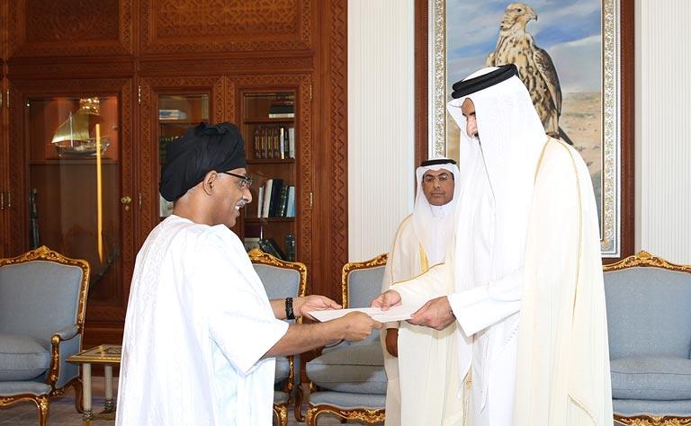 أحد السفراء يسلم أوراق اعتماده لأمير قطر (إرشيف)