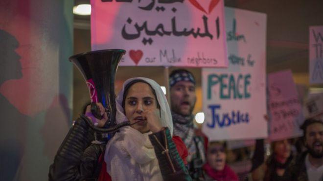 مسلمة أمريكية خلال مظاهرة ضد القرار