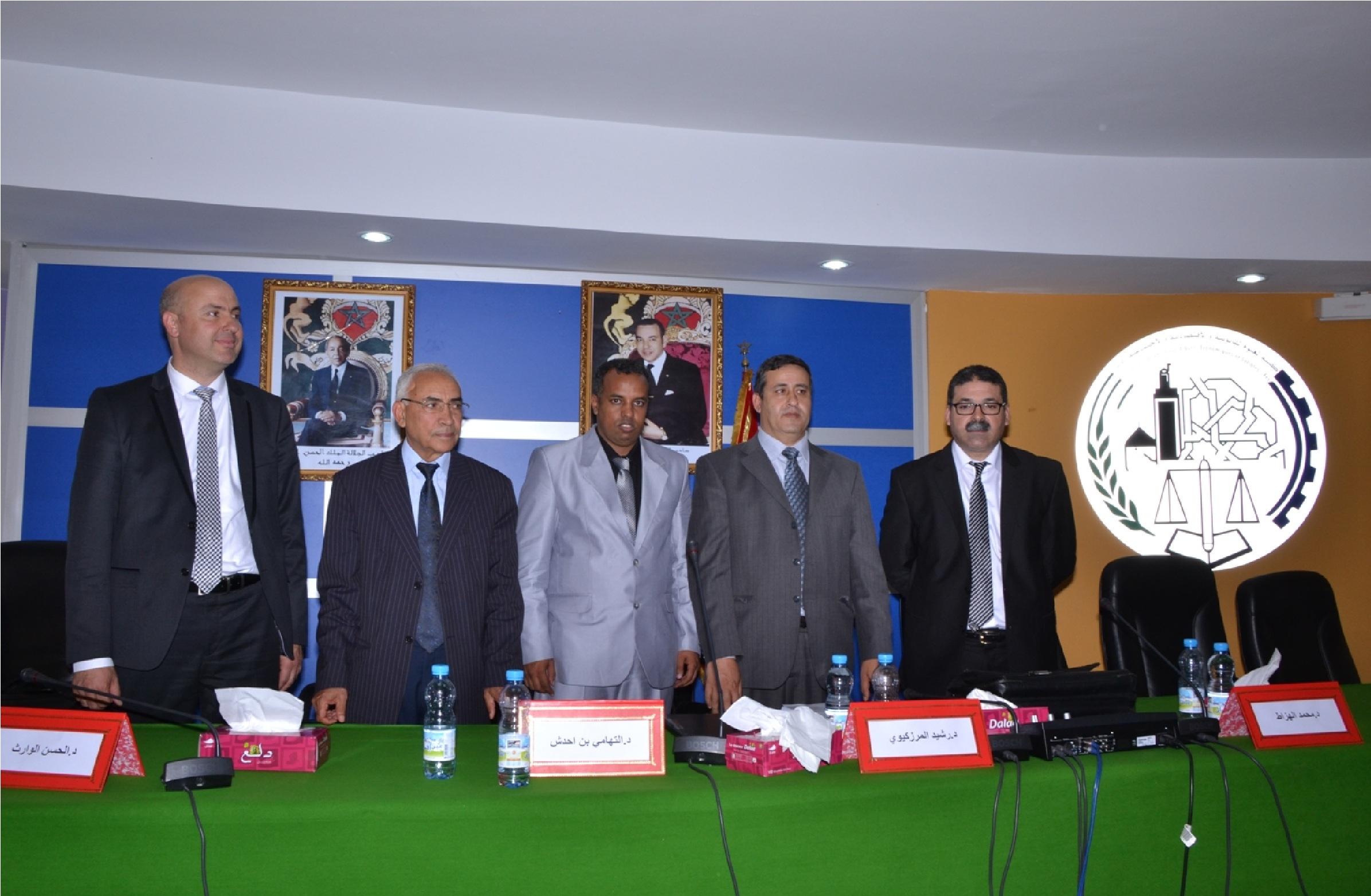 الدكتور أحمد انداري أثناء المناقشة