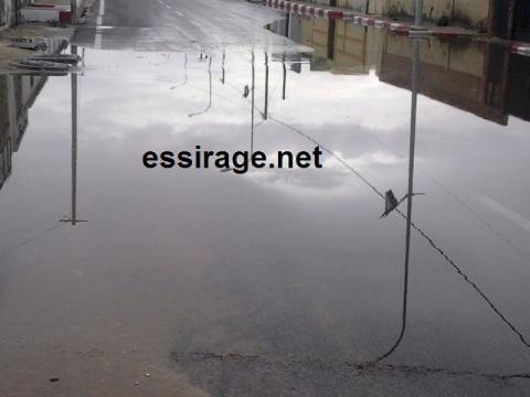 المياه تعكس أعمدة الكهرباء