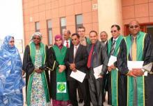 صورة جماعية للدكتورة ميمونة بنت محمد الأمين والبروفيسور سيدي محمد ولد مكيه وعدد من طاقم الإشراف (السراج)