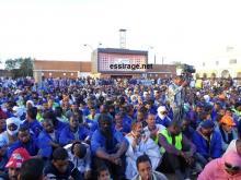 جانب من جمهور مهرجان العمال المضربين وهم يحتشدون في ساحة الاستقلال وسط مدينة ازويرات (السراج)