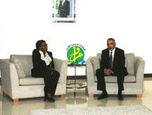 الوزير الأول الموريتاني يحيى ولد حدمين ومديرة العمليات بالبنك الدولي في موريتانيا أثناء المحادثات التي جمعت بينهما (وم أ)