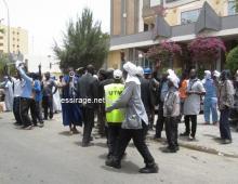 جانب من وقفة احتجاجية لحمالة ميناء نواكشوط المستقل أمام وزارة الوظيفة العمومية (تصوير- السراج)