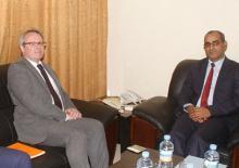 جانب من اللقاء الذي جمع بين وزير الصيد الموريتاني والسفير الرنسي بنواكشوط (وم أ + السراج)