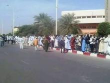 جانب من الوقفة الاحتجاجية التي نظمتها إيرا أمام المحكمة (السراج)