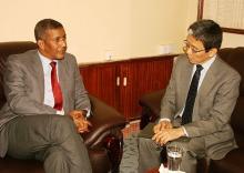 جانب من لقاء مفوض الأمن الغذائي بالسفير الياباني (وم أ)
