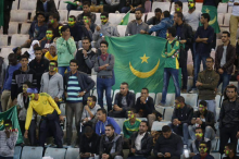 جانب من المدرجات أثناء تشجيع الطلاب الموريتانيين في تونس لمنتخب بلادهم الذي لعب في مواجهة مع المنتخب التونسي وانتهت المباراة بنتيجة 2-1 لصالح تونس (السراج)