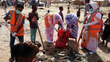 جانب من حملة التنظيف التي نظمتها جمعية الإرادة واستهدفت أحد أحياء مقاطعة دارالنعيم وبالتحديد حي الزعتر (السراج)