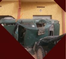 جانب من الحادث يظهر انقلاب سيارة بعد اصطدامها بسيارة أخرى (السراج)