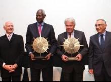 الرئيس السنغالي الأسبق عبدو ديوف ورئيس الحكومة الإسبانية  فيليبي غونزاليس ماركيز وقد تسلما جائزتيهما (السراج)