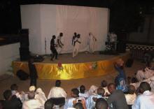 جانب من العروض المسرحية التي أدتها فرقة شروق المسرحية في المسرح المكشوف بالمركز الثقافي لمدينة نواكشوط (السراج)