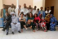 صورة جماعية تضم مديري الثقافة في بلدان المغرب العربي ورئيس وبعض أعضاء فرقة شروق المسرحية في قاعة المركز الثقافي لمدينة نواكشوط (السراج)