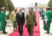 الرئيس الموريتاني محمد ولد عبد العزيزفي نواكشوط بعد خروجه من الطائرة التي أقلته من ولاية غيدي ماغه (وم أ)