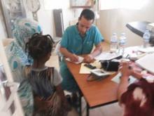 جانب من الاستشارات الطبية التي قامت بها بعثة مستشفى حمد بن خليفة في قرية الربينة (السراج)