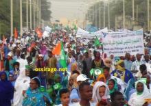 """الآلاف من المتظاهرين المشاركين بمسيرة التضامن مع عمال شركة المناجم """"اسنيم"""" وهم يسلكون شارع جمال عبد الناصر باتجاه وزارة الطاقة والمعادن والنفط الموريتانية نقطة نهاية المسيرة (تصوير - السراج)"""