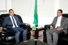 جانب من المباحثات التي ضمت السفير السوداني ووزير البترول والطاقة والمعادن الموريتاني محمد سالم ولد البشير (وم أ)