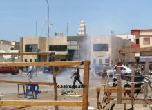 صورة لإحدى قنابل الغاز المسيل للدموع التي ألقتها الشرطة على محجين في رأس الشارع غربي سوق العاصمة (تصوير- السراج)