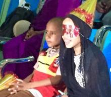 جانب من الحفل يظهر أطفالا سعداء بالعروض التي قدمت لهم بعد تسليمهم الهدايا والأقنعة والقبعات الاحتفالية (السراج)
