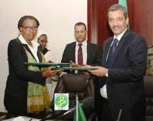 وزير الشؤون الإقتصادية ومديرة عمليات البنك الدولي بموريتانيا يتبادلان نسختي الاتفاقية الموقعة (وم أ