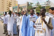 """جانب من الوقفة الاحتجاجية التي نظمها شباب حزب """"تواصل"""" أمام وزارة الصحة بنواكشوط (السراج)"""