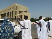 جانب من وقفة مجموعة شابية أمام الوزارة الأولى احتجاجا على تناسي ونهب تمويلات إعمار الطينطان (تصوير - السراج)
