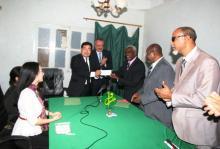 جانب من تسليم الهدية الصينية لصالح جمعيات المعاقين في موريتانيا (وم أ)